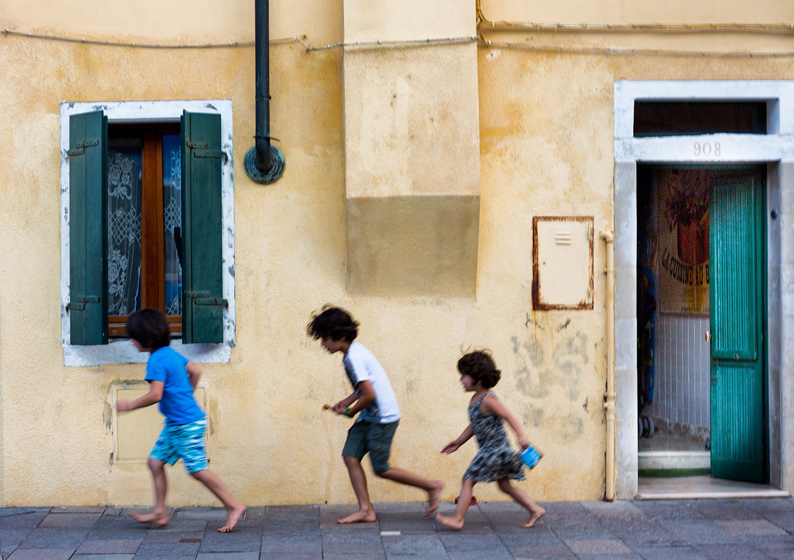 Run run run... litte kids playing on the streets of Venice