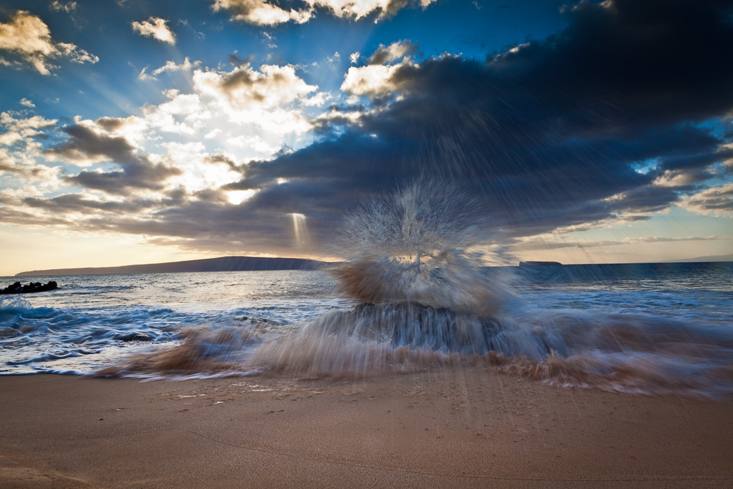 Dramatic waves in Maui at Makena Beach